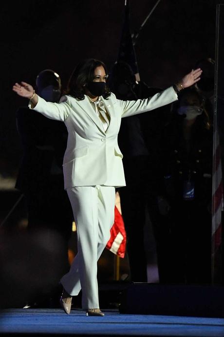 Ý nghĩa đằng sau bộ vest trắng của phó tổng thống Mỹ Kamala Harris