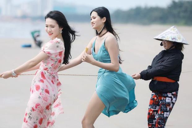 Ảnh thí sinh Hoa hậu Việt Nam 2020 kéo lưới cùng người dân gây tranh cãi gay gắt