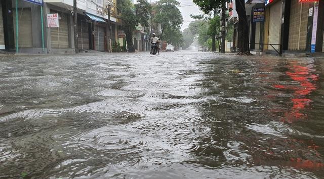 Đường Lê Thành Phương ở TP Tuy Hòa bị ngập cục bộ.
