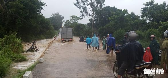 Nước ngập một số đoạn qua quốc lộ 29 gây chia cắt giao thông lên huyện Sông Hinh (Phú Yên) - Ảnh: TRẦN HỮU
