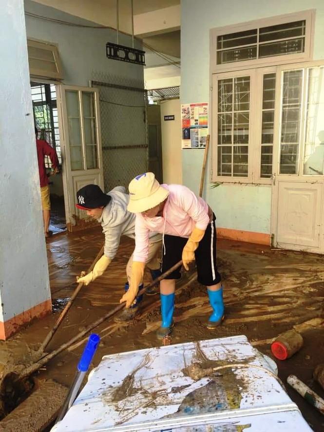 Hơn 30 cán bộ giáo viên trường Tiểu học Trà Leng nhiều ngày nay bắt tay vào việc dọn dẹp trường lớp.