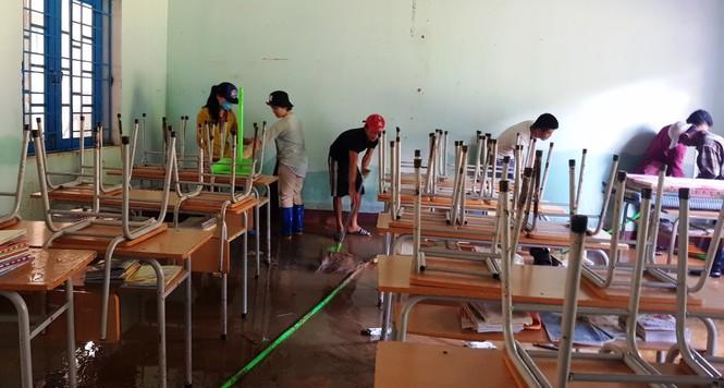 Mọi người cùng tập trung dọn từng phòng học.