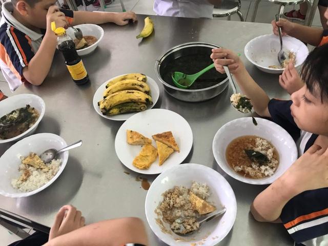 Hình ảnh bữa ăn của học sinh do phụ huynh chụp lại.