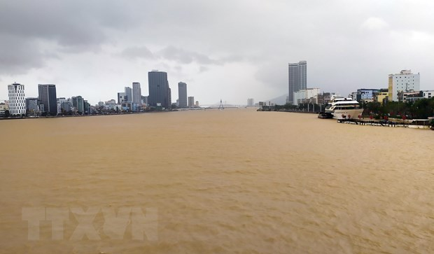 Mực nước trên sông Hàn, Đà Nẵng, dâng cao do nước từ thượng nguồn đổ về. (Ảnh: Trần Lê Lâm/TTXVN)