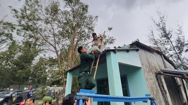 Lực lượng chức năng giúp người dân ven biển phường Hòa Hiệp Bắc, quận Liên Chiểu (Đà Nẵng) chằng chống, gia cố nhà cửa ứng phó với cơn bão số 13. (Ảnh: Văn Dũng/TTXVN)