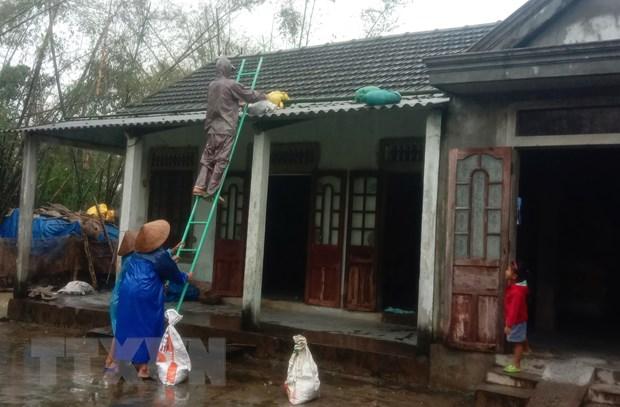 Người dân tỉnh Thừa Thiên-Huế chằng chống nhà cửa để đảm bảo an toàn. (Ảnh: Tường Vi/TTXVN)