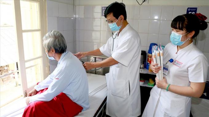 Các bác sĩ Bệnh viện Trung ương Huế đang điều trị cho bệnh nhân.
