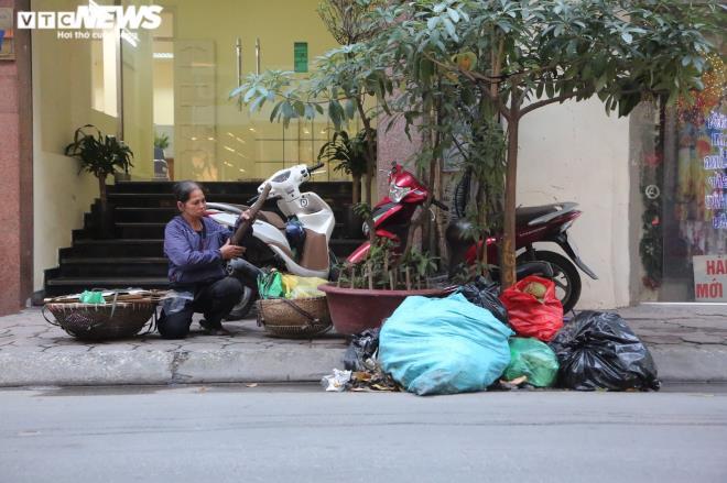 Người dân phải gom vào những túi nilon, bao tải lớn để tránh chó mèo canh rác.