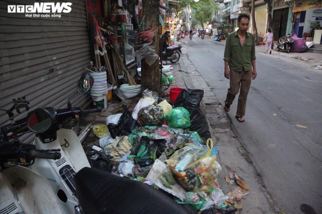 Công nhân vệ sinh môi trường đình công, rác ngập ngụa trên tuyến phố ở Hà Nội