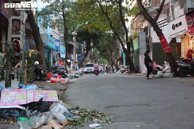 Rác chất đống đổ xuống lòng đường.
