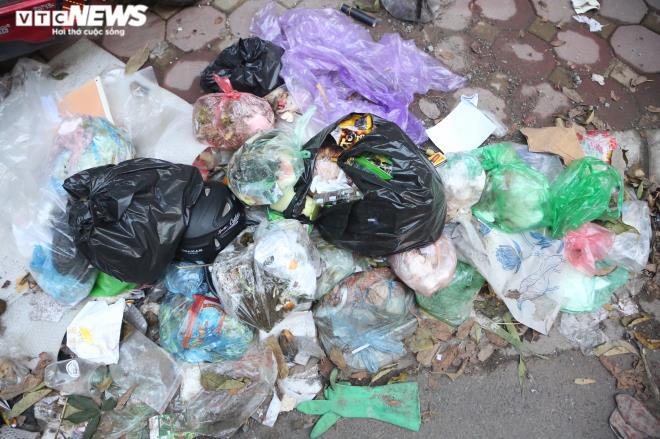 Nhiều đống rác chất đầy tràn khắp vỉa hè các tuyến phố trung tâm quận Tây Hồ gây mất vệ sinh.