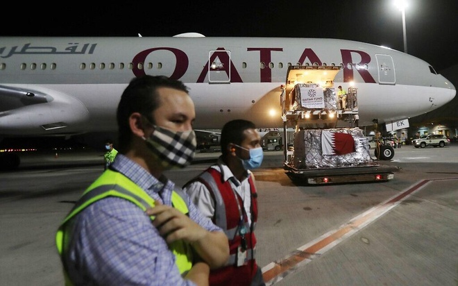 Nhóm hành khách nữ bị lột đồ khám xét tại sân bay Qatar. Ảnh: AFP.