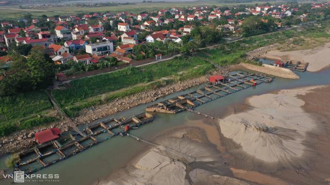 Nước sông Đà rút nhanh chưa từng thấy, hàng tấn cá mắc cạn
