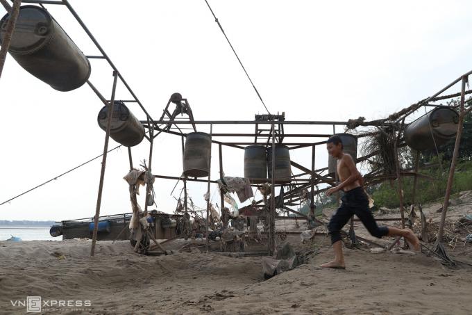 Lồng cá nằm chơ vơ trên bãi cát ven bờ. Khung sắt chiếc lồng này được gắn thùng phuy nhựa để nổi trên mặt nước, toàn bộ phần lưới đã bị gỡ bỏ (Ảnh: VNexpres)