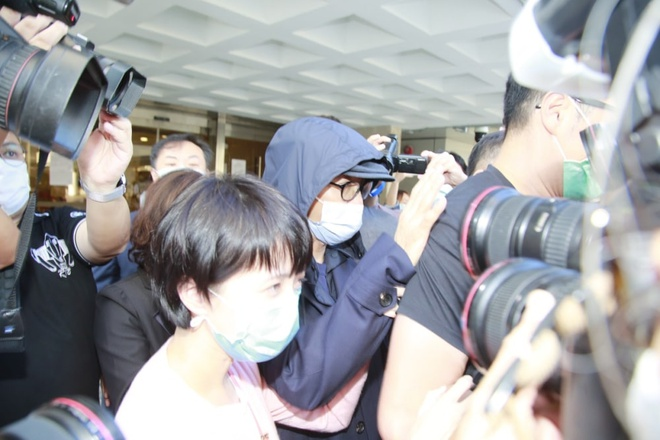 Châu Tinh Trì bị vây kín khi xuất hiện trước cửa tòa án sáng 26/11. Ảnh: HK01.