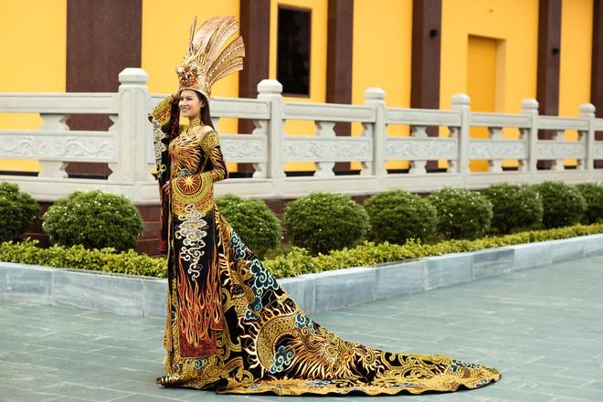 Thái Thị Hoa trong thiết kế Mẹ Âu Cơ tại Hoa hậu Trái đất 2020