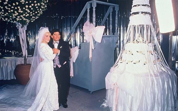 Maradonavàngười vợ Claudia Villafane. Cả hai gặp nhau khi nàng mới 17 còn chàng 19 tuổi. Năm 2004, vợ chồng Maradona ly hôn sau khi đã có hai cô con gái là Dalma và Giannina.