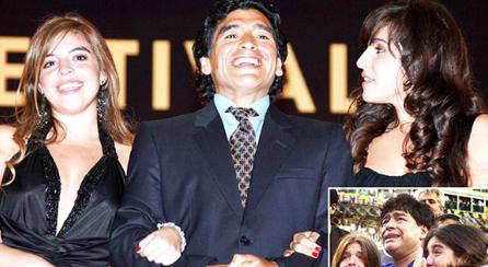 Maradona và 2 cô con gái hợp pháp của ông.