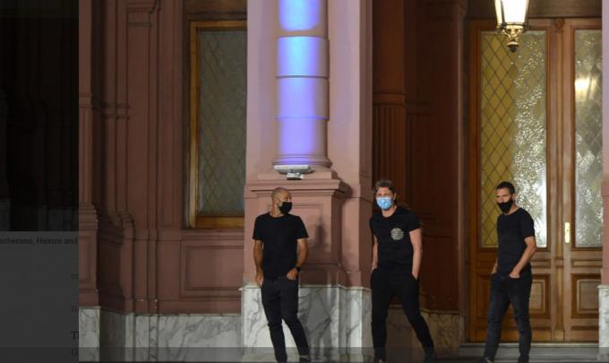 Javier Mascherano, Gabriel Heinze, hai cựu tuyển thủ Argentina, đã có mặt tại Dinh Tổng thống để chào từ biệt đến người đàn anh.
