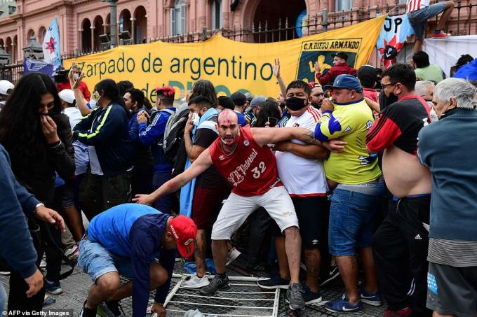 Trong đám tang củahuyền thoại Diego Maradona tại Buenos Aires (Argentina) đã xảy ra xung đột xảy ra giữa nhóm người hâm mộ quá khích và cảnh sát.