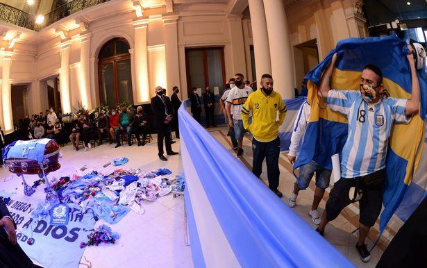 Hàng nghìn người hâm mộ đưa tiễn huyền thoại bóng đá thế giới Diego Maradona