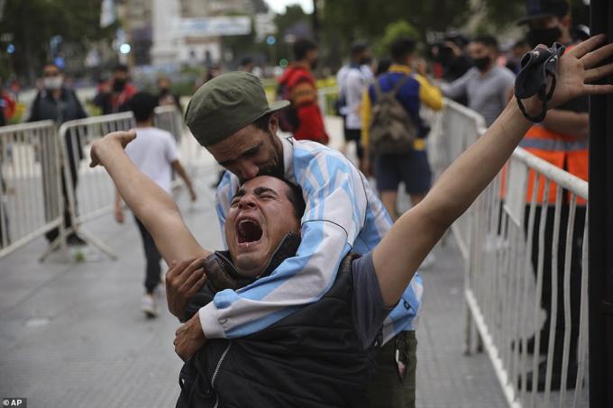 Maradona ra đi ở tuổi 60, để lại sự thương tiếc cho cả đất nước Argentina và fan hâm mộ toàn thế giới.Trên khắp đường phố Argentina, hình ảnh những CĐV bật khóc vì thương xót Maradona liên tục              TheoClarin, rất đông cảnh sát được huy động tới Dinh Tổng thống để đảm bảo trật tự trong đám tang của Maradona.
