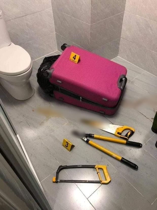 Chiếc vali được phát hiện trong căn hộ 3 tầng (Ảnh: Facebook)