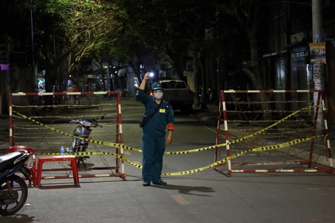 Lực lượng chức năng túc trực tại khu vực ca nhiễm trên đường Hoàng Lê Kha (Q.6). ẢNH: ĐẬU TIẾN ĐẠT