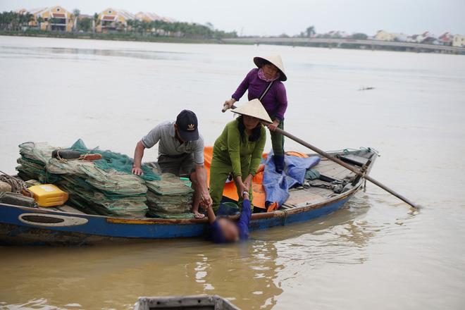 Người phụ nữ được kéo vào bờ sau khi bị dòng nước cuốn trôi khoảng 400m.