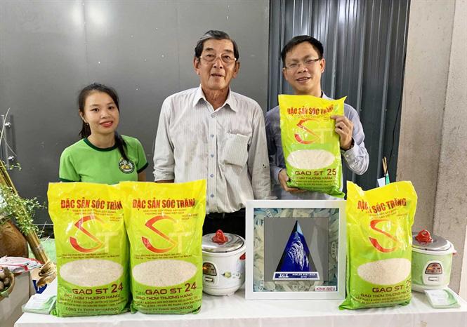 AHLĐ Hồ Quang Cua (giữa) giới thiệu gạo ST25 tại điểm bán hàng gạo ST ở TP HCM. Ảnh: HĐ.