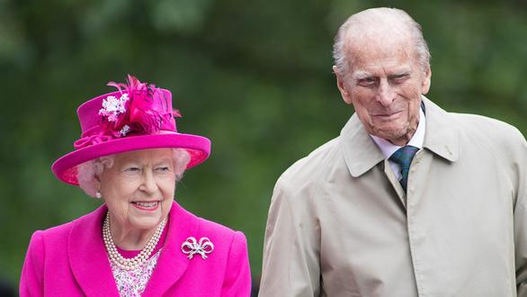 Nữ hoàng Anh Elizabeth và chồng bà, hoàng thân Philip - Ảnh: GETTY IMAGe