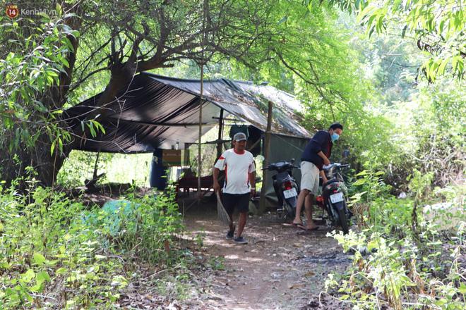 Căn chòi nhỏ dựng tạm bợ gần ngã tư Quốc phòng là nơi trú ngụ của chú Minh