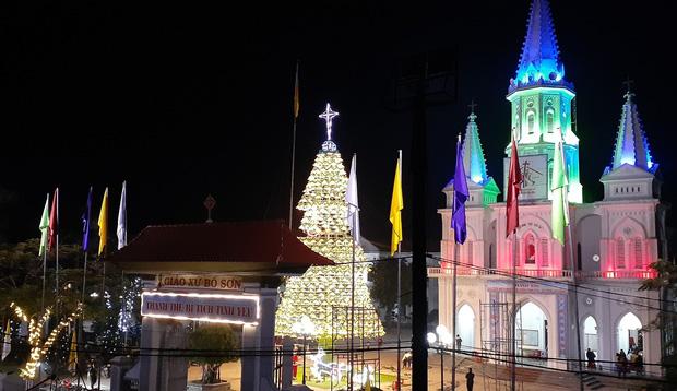 Cây thông Noel được kết từ 1000 nón lá tại Giáo xứ Bố Sơn.