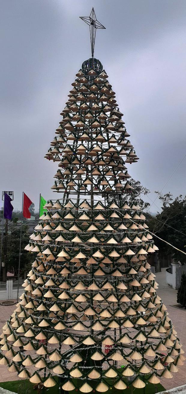 Cây thông Noel được kết từ 1000 nón lá tại Nghệ An
