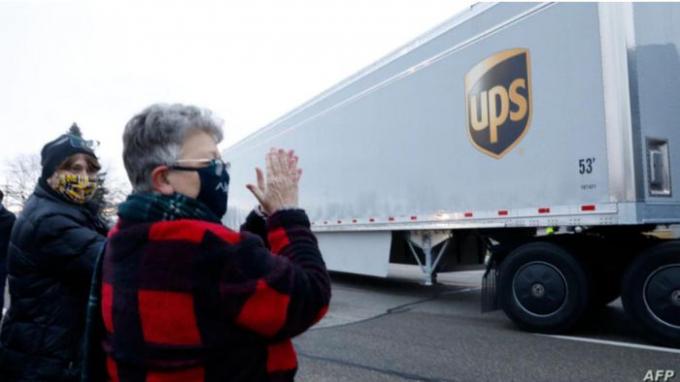 Đoàn xe tải chở những lô vaccine ngừa Covid-19 đầu tiên rời khỏi cơ sở sản xuất của Pfizer ở Kalamazoo, Michigan (Ảnh: AFP)