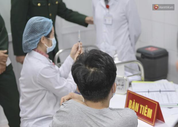 Nam thanh niên khoảng 20 tuổi là người đầu tiên được tiêm vaccine Covid-19 của Việt Nam