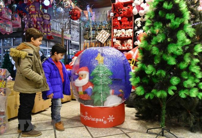 Một cửa hàng bán đồ trang trí Giáng sinh tại Damascus, Syria. (Ảnh: THX/TTXVN)