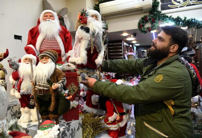 Người dân chọn mua đồ trang trí Giáng sinh tại Damascus, Syria. (Ảnh: THX/TTXVN)