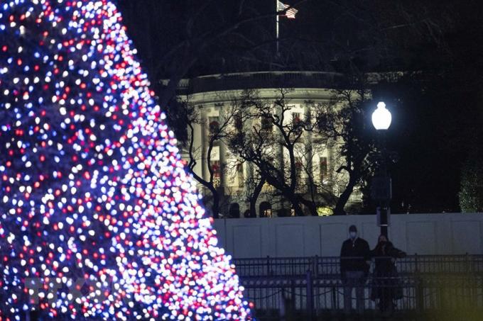 Cây thông Noel được thắp sáng rực rỡ tại Washington, D.C., Mỹ. (Ảnh: THX/TTXVN)