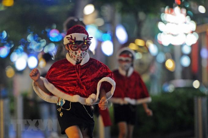 Trẻ em trong trang phục hóa trang ông già Noel tại Singapore. (Ảnh: THX/TTXVN)