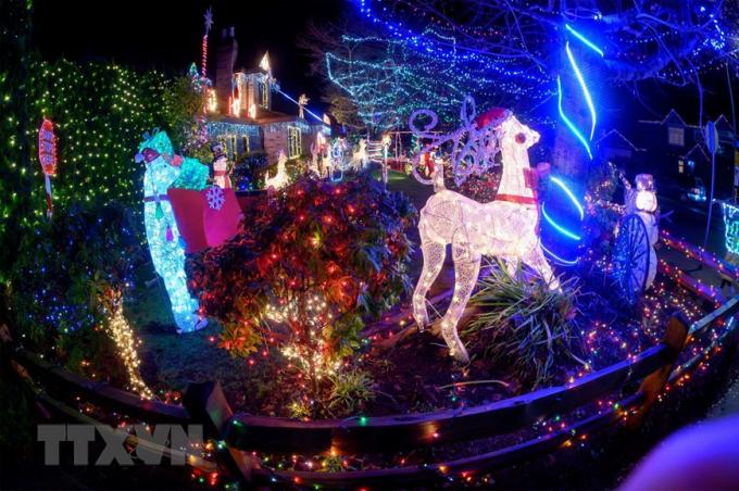 Nhà cửa được trang hoàng rực rỡ đón Giáng sinh tại Richmond, Canada. (Ảnh: THX/TTXVN)