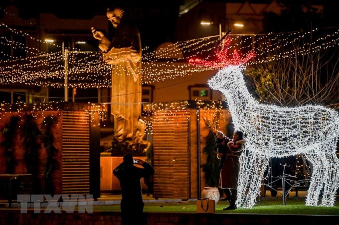 Đường phố được trang hoàng rực rỡ đón Giáng sinh tại Ohrid, Cộng hòa Bắc Macedonia. (Ảnh: THX/TTXVN)