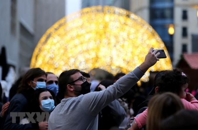 Người dân chụp ảnh tại chợ Giáng Sinh ở Beirut, Liban. (Ảnh: THX/TTXVN)