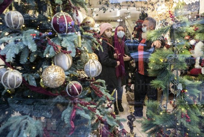 Người dân mua đồ trang trí Giáng sinh tại một khu chợ ở Tehran, Iran. (Ảnh: THX/TTXVN)