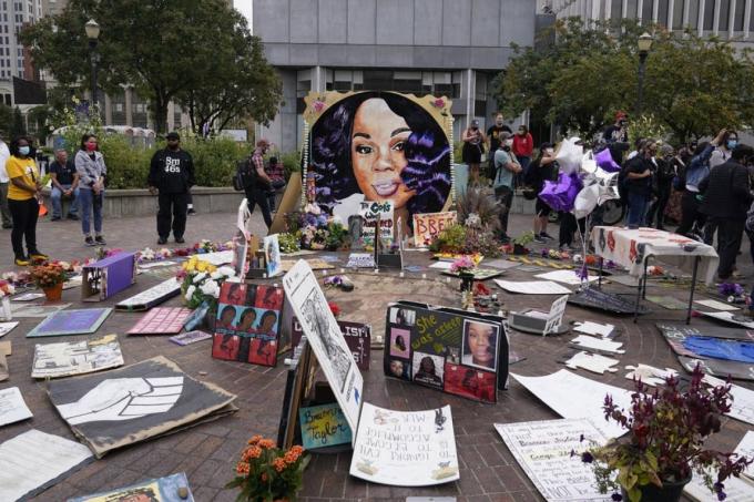 """Người dân tập trung tại Quảng trường Jefferson ở Louisville, Kentucky (Mỹ) ngày 23/9, chờ đợi cáo buộc chống lại các sĩ quan cảnh sát đã bắn chết nữ y tá Breonna Taylor trong lúc thực thi """"lệnh khám nhà không cần gõ cửa"""". Ảnh: AP"""