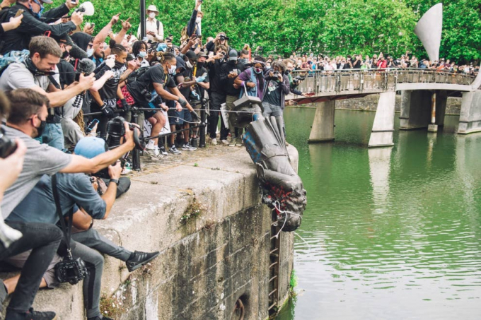 Bức tượng Edward Colston, một trùm buôn nô lệ thế kỷ 17, bị người biểu tình dùng dây thừng kéo đổ và ném xuống sông Ảnh: Getty Images