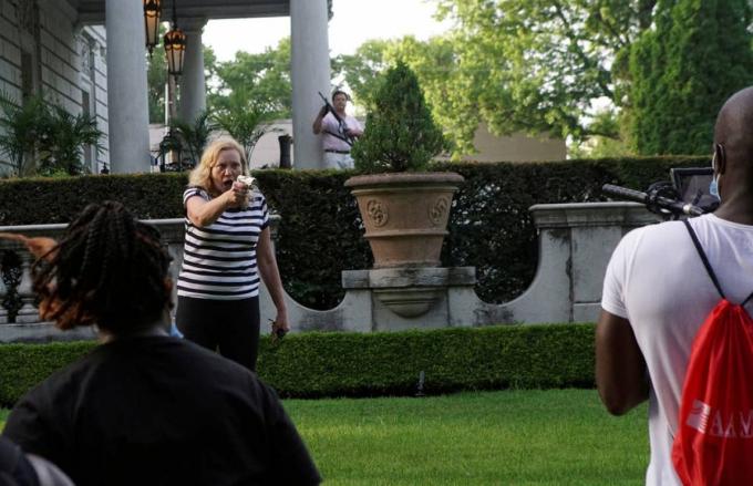 Người phụ nữ này đangchĩa súng vào những người biểu tình tại khu phố St. Louis trong cuộc biểu tình chống lại Thị trưởng Lyda Krewson ngày 28/6. Ảnh: Reuters