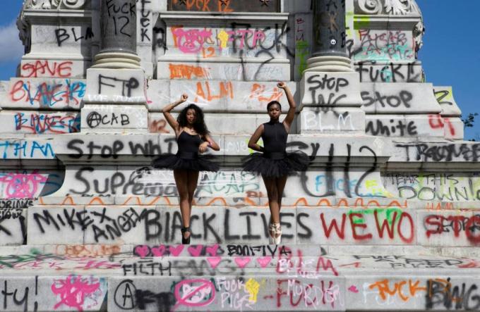 Các vũ công ba lê Kennedy George và Ava Holloway tạo dáng trước tượng đài Tướng Robert Lee thuộc Liên minh Miền Nam. Ảnh: Reuters