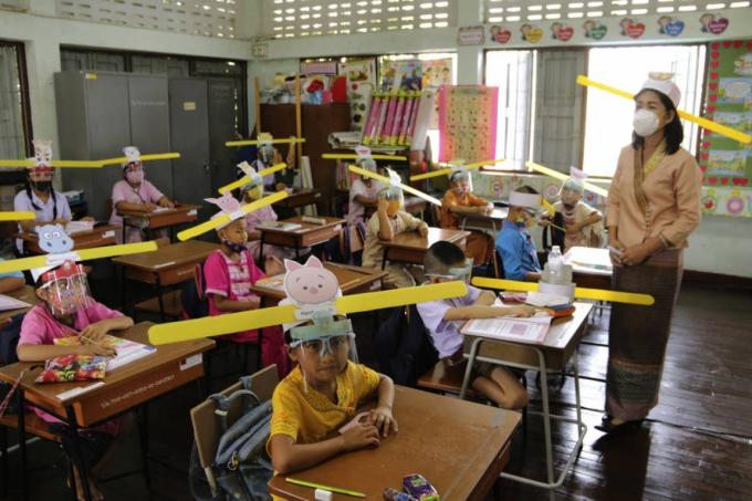 Giáo viên và học sinh tại trường Ban Pa Muad ở Chiang Mai, Thái Lan phòng dịch. Ảnh: AP