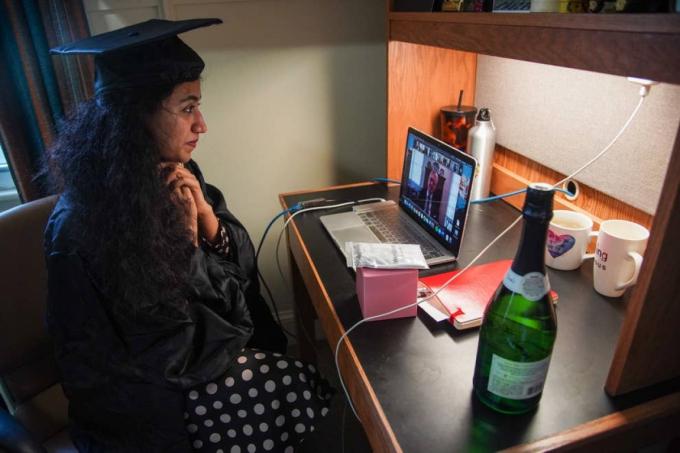 Pakistan Varsha Thebo, 27 tuổi, tham dự lễ tốt nghiệp trực tuyến. Ảnh: Getty Images
